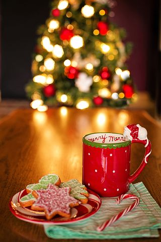 Warme sfeer in december met koekjes en lampjes